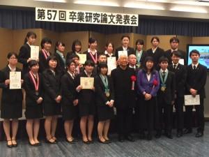 服部幸應校長・服部津貴子会長とともに記念撮影をする受賞者。
